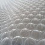 Material plástico flexible y transparente usado comúnmente para embalar artículos frágiles.